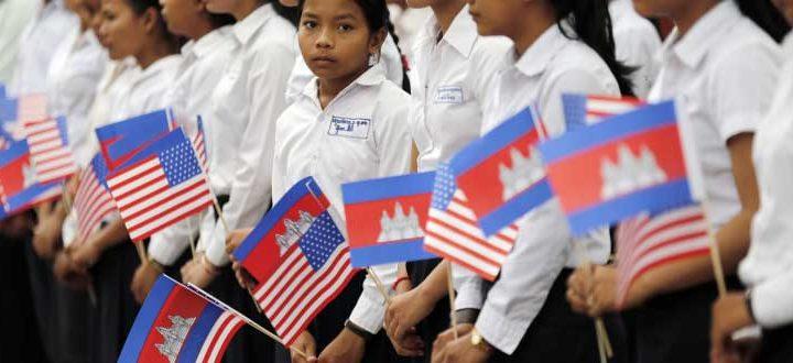 Durante uma visita ao Camboja, a primeira-dama Michelle Obama exortou as estudantes a terminar a sua educação e se tornar modelos positivos em suas comunidades.