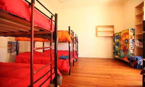 Quando o orçamento está curto, mas a vontade de viajar é maior, a estadia em um hostel é uma interessante opção.